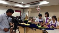 อาจารย์สุกัญญา จันทกุล หัวหน้าสาขาวิชาการบริหารธุรกิจคหกรรมศาสตร์ คณะเทคโนโลยีคหกรรมศาสตร์ สาธิตการทำกระทงจาก พืชผักธรรมชาติ ทางสถานีวิทยุโทรทัศน์ไทยทีวีสีช่อง 3 (ช่อง 3 Family) เมื่อวันที่ 4 พฤศจิกายน 2557 ณ คณะเทคโนโลยีคหกรรมศาสตร์ มทร.พระนคร กำหนดออกอากาศ วันที่ 5 พฤศจิกายน 2557 เวลา 17.00 น.